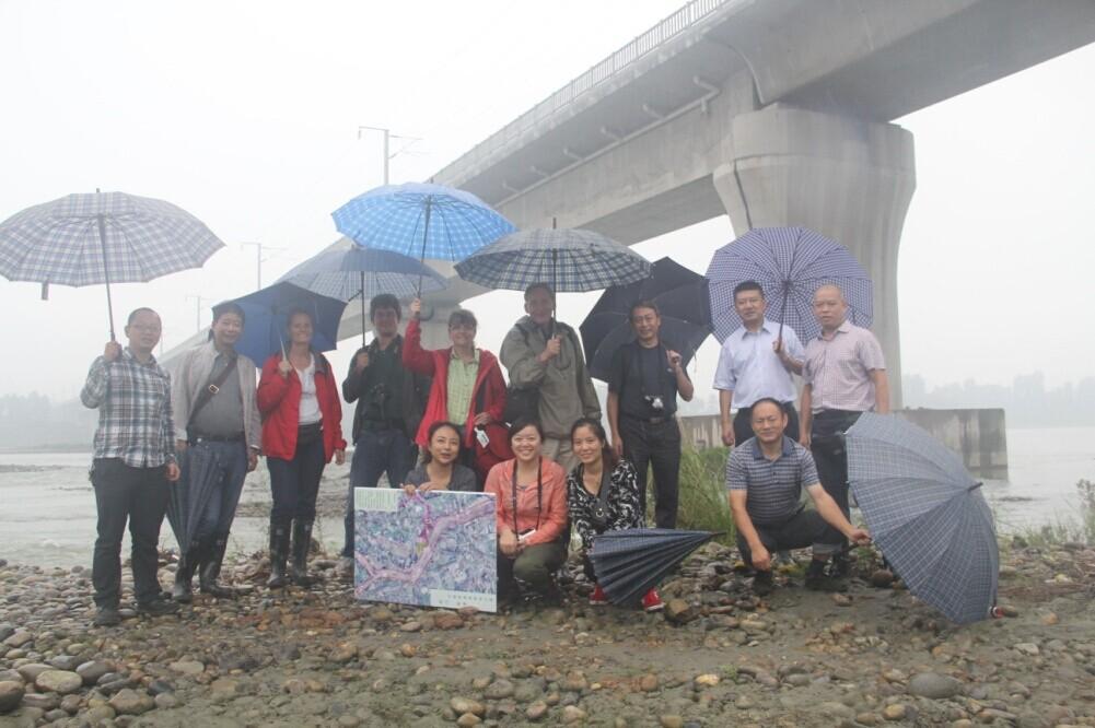考察白鹤滩湿地公园,在岷江边与工作人员合影